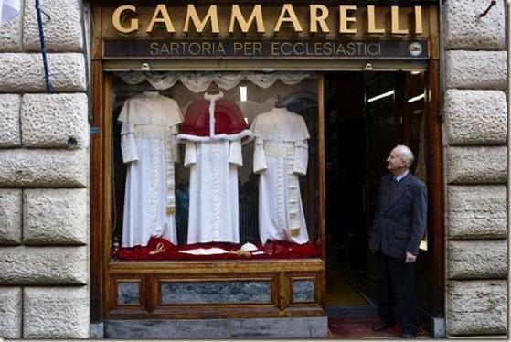 un-empleado-de-la-sastreria-italiana-gammarelli-posa-a-las-puertas-de-la-tienda-que-exhibe-en-su-escaparate-varias-sotanas-para-el-futuro-papa-_595_396_141755