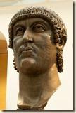 12818529-antiguo-gigantesca-cabeza-de-bronce-del-emperador-constantino-en-roma-italia